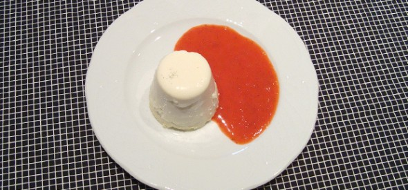 Panna cotta con salsa de amorodos