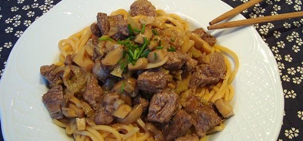 Noodles con carne, verduras e soia
