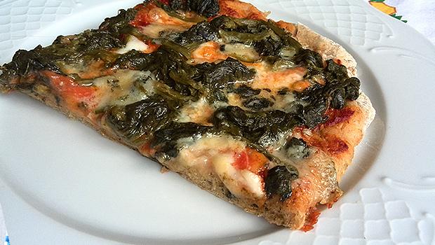 Pizza de centeo con espinacas e queixo azul