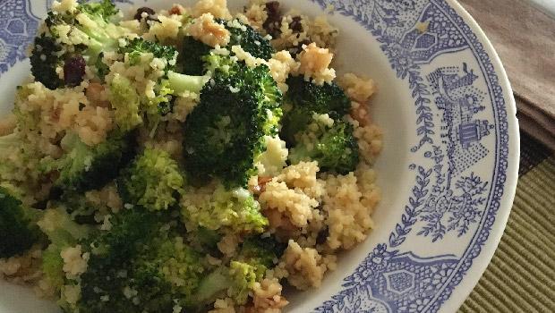 Brócoli con cous-cous, pasas e noces