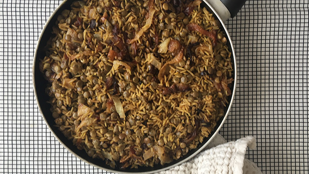 Estofado de arroz e lentellas con cebola fritida