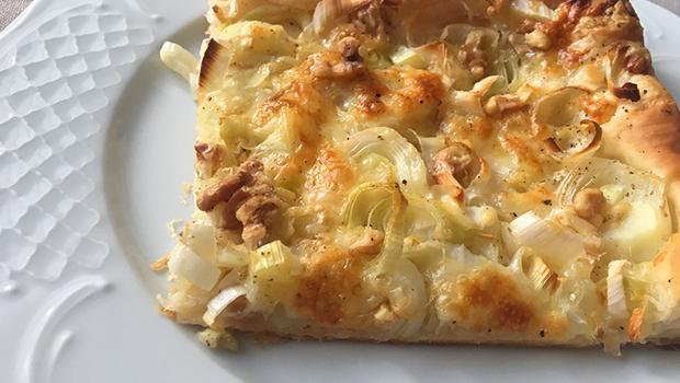 Pastel de allo porro, queixo de San Simón e noces
