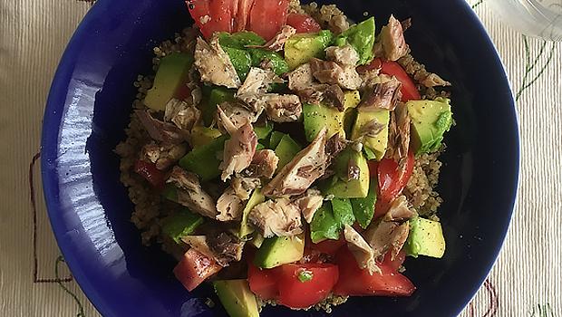 Ensalada de quinoa, tomate, abacate e xarda
